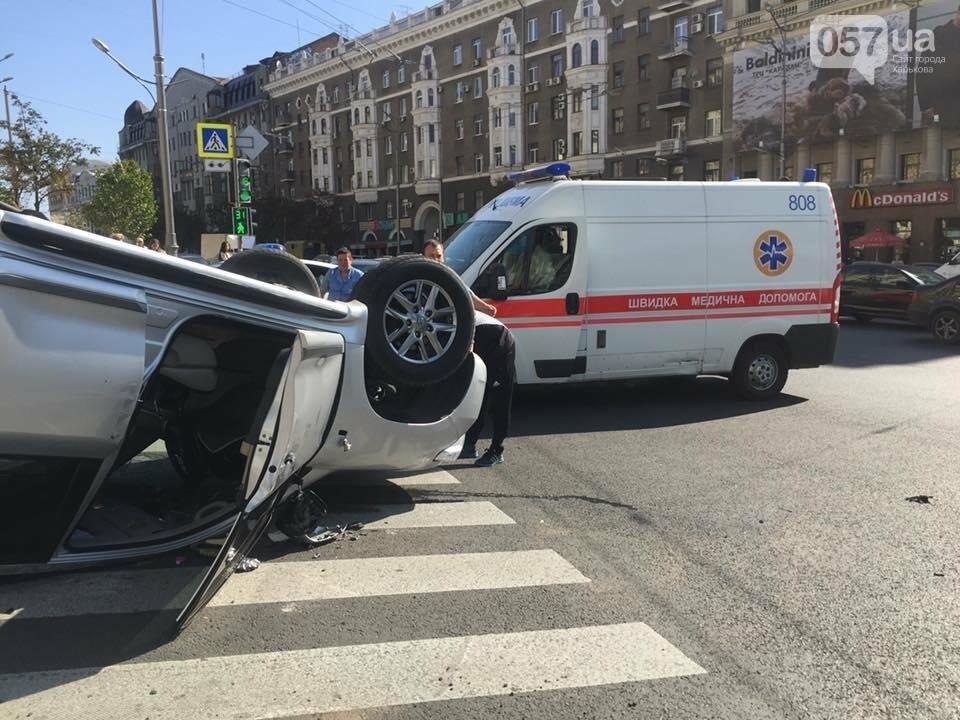 На Павловской площади микроавтобус протаранил и перевернул джип (ФОТО), фото-1