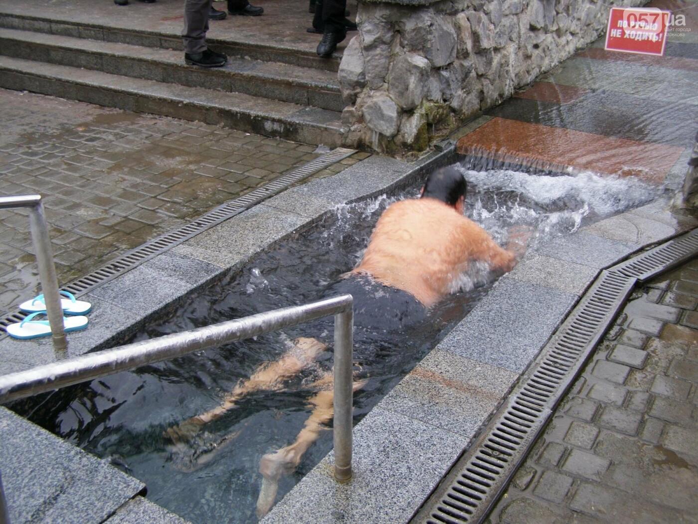 Массовые купания в источнике: как харьковчане отметили Крещение (ФОТО), фото-4