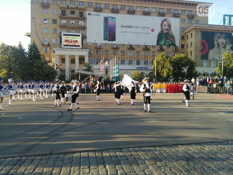 Танцующие жирафы и музыкальные хиты: на площади Свободы прошел масштабный флешмоб, - ФОТО, фото-2