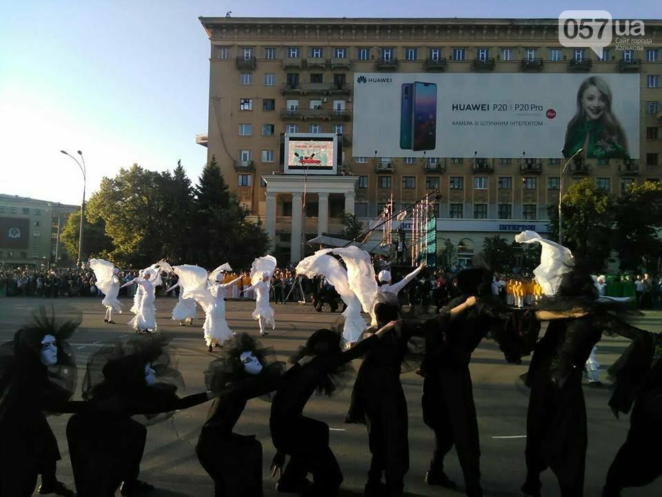 Танцующие жирафы и музыкальные хиты: на площади Свободы прошел масштабный флешмоб, - ФОТО, фото-6
