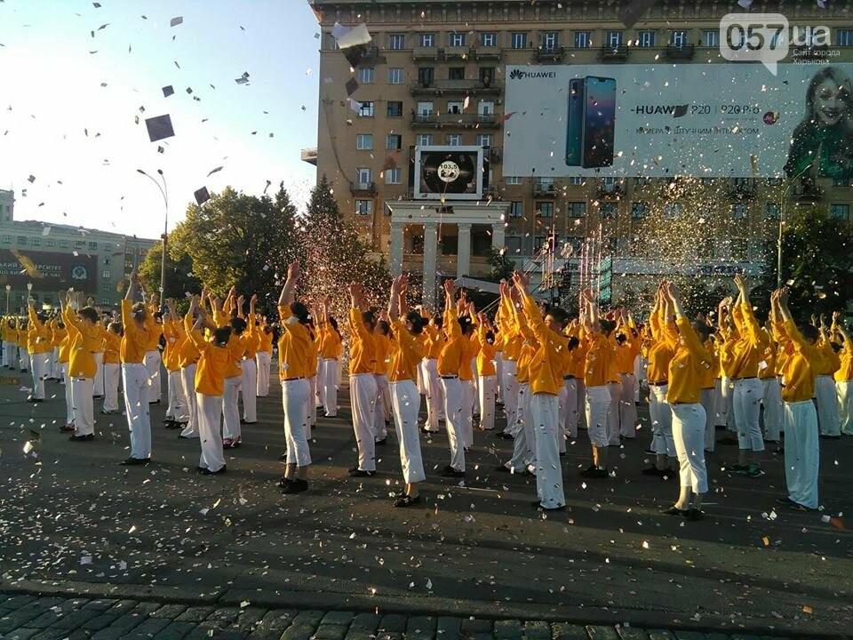 Танцующие жирафы и музыкальные хиты: на площади Свободы прошел масштабный флешмоб, - ФОТО, фото-8