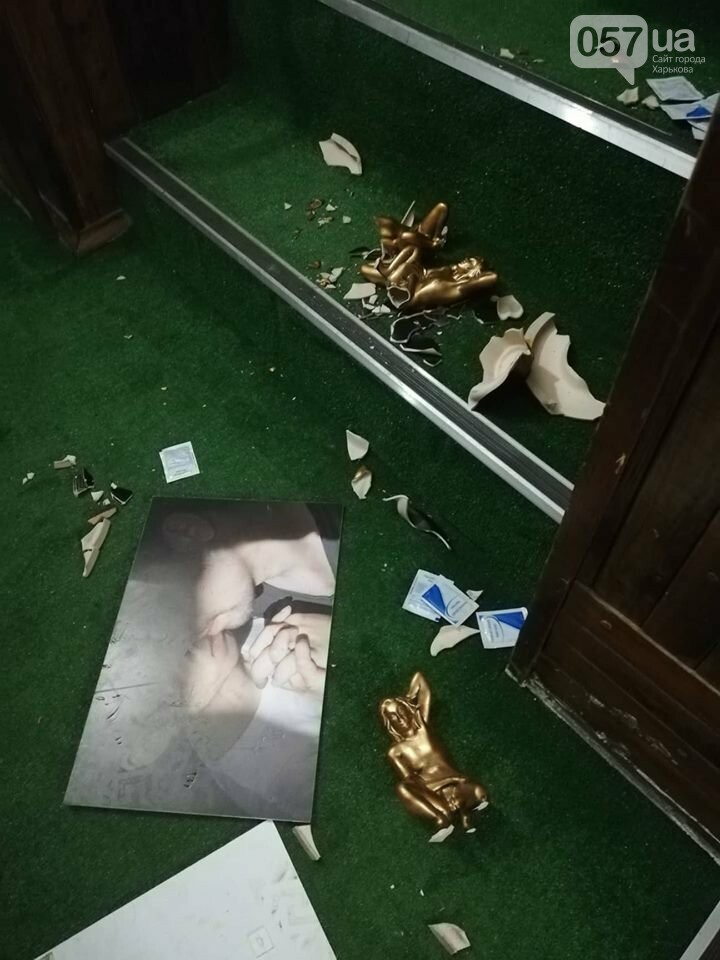 Ворвались в противогазах и начали крушить: в Харькове активисты разгромили офис ЛГБТ, - ФОТО, фото-3