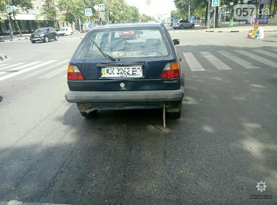 В центре Харькова троллейбус не разминулся с двумя иномарками, - ФОТО