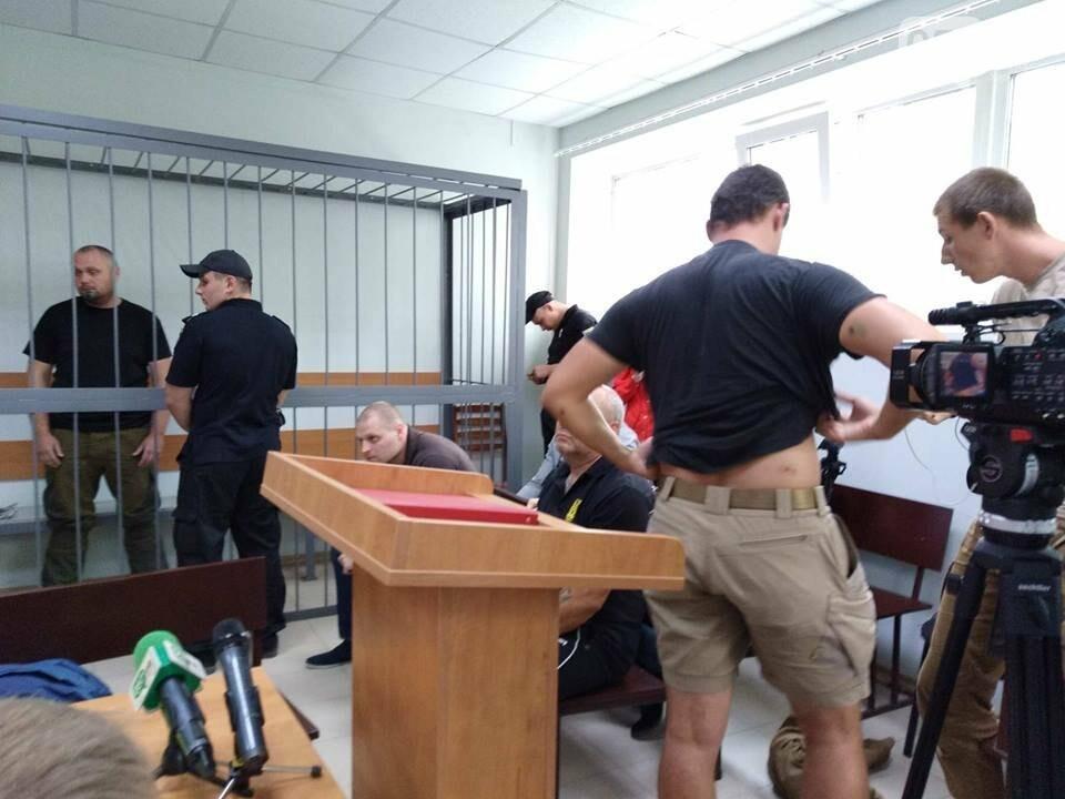 14:52 - Во время судебного заседания пострадавший активист Кирилл Яковлев поднял футболку и продемонстрировал последствия перестрелки.
