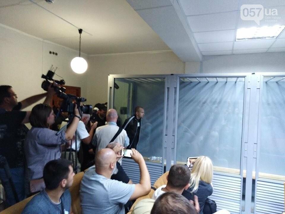 18:53 - В зал завели Олега Ширяева. С ним переговаривается его адвокат.