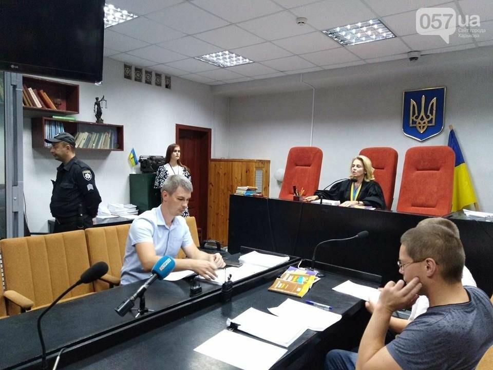 19:03 - Судья просит предоставить удостоверения журналистов.