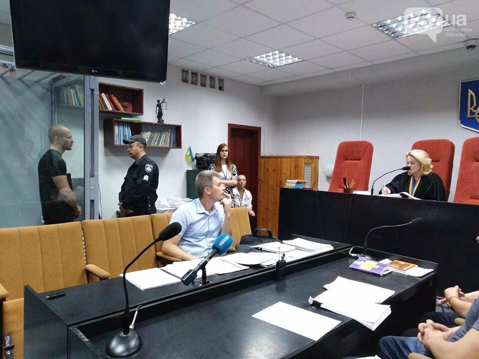"""19:37 - Ширяев говорит, что женат. Имеет двух детей, 2 и 7 лет. Работает заместителем директора ЧП """"СтройСити"""". Ранее не был судим. Имеет нагрудный пистолет о Министра МВД Арсена Авакова."""