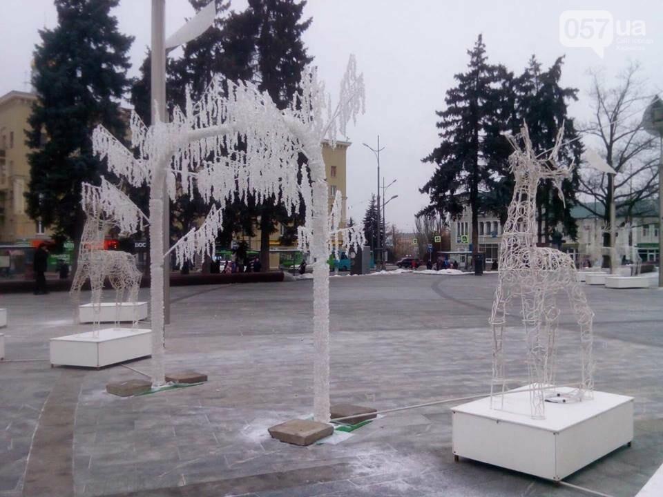Светящиеся олени и стеклянный «подарок»: в центре Харькова устанавливают новогоднюю инсталляцию, - ФОТО, фото-3