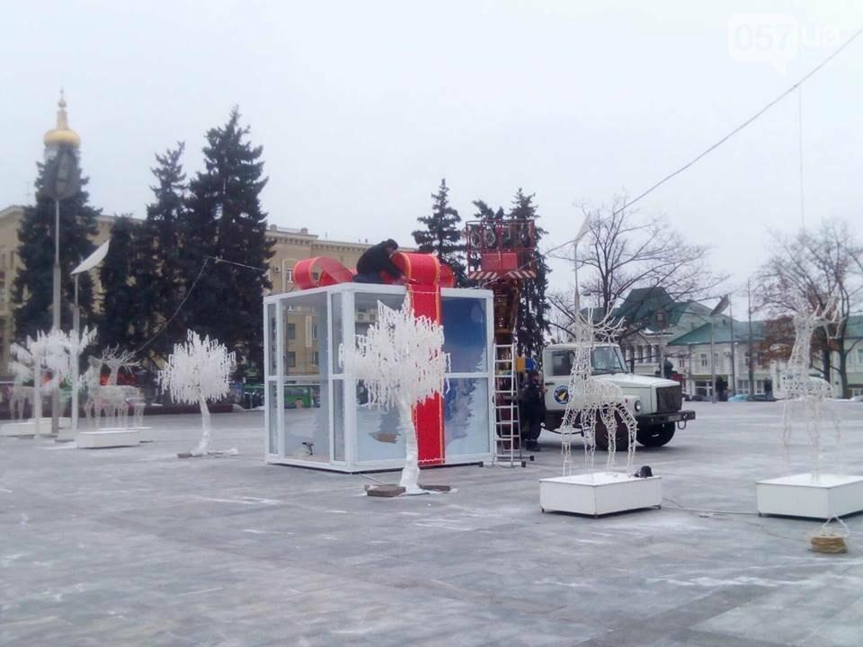 Светящиеся олени и стеклянный «подарок»: в центре Харькова устанавливают новогоднюю инсталляцию, - ФОТО, фото-1