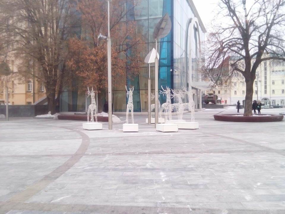 Светящиеся олени и стеклянный «подарок»: в центре Харькова устанавливают новогоднюю инсталляцию, - ФОТО, фото-7
