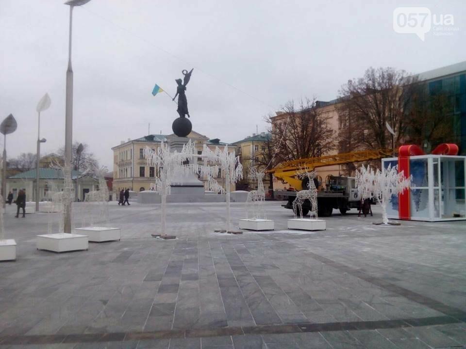 Светящиеся олени и стеклянный «подарок»: в центре Харькова устанавливают новогоднюю инсталляцию, - ФОТО, фото-2