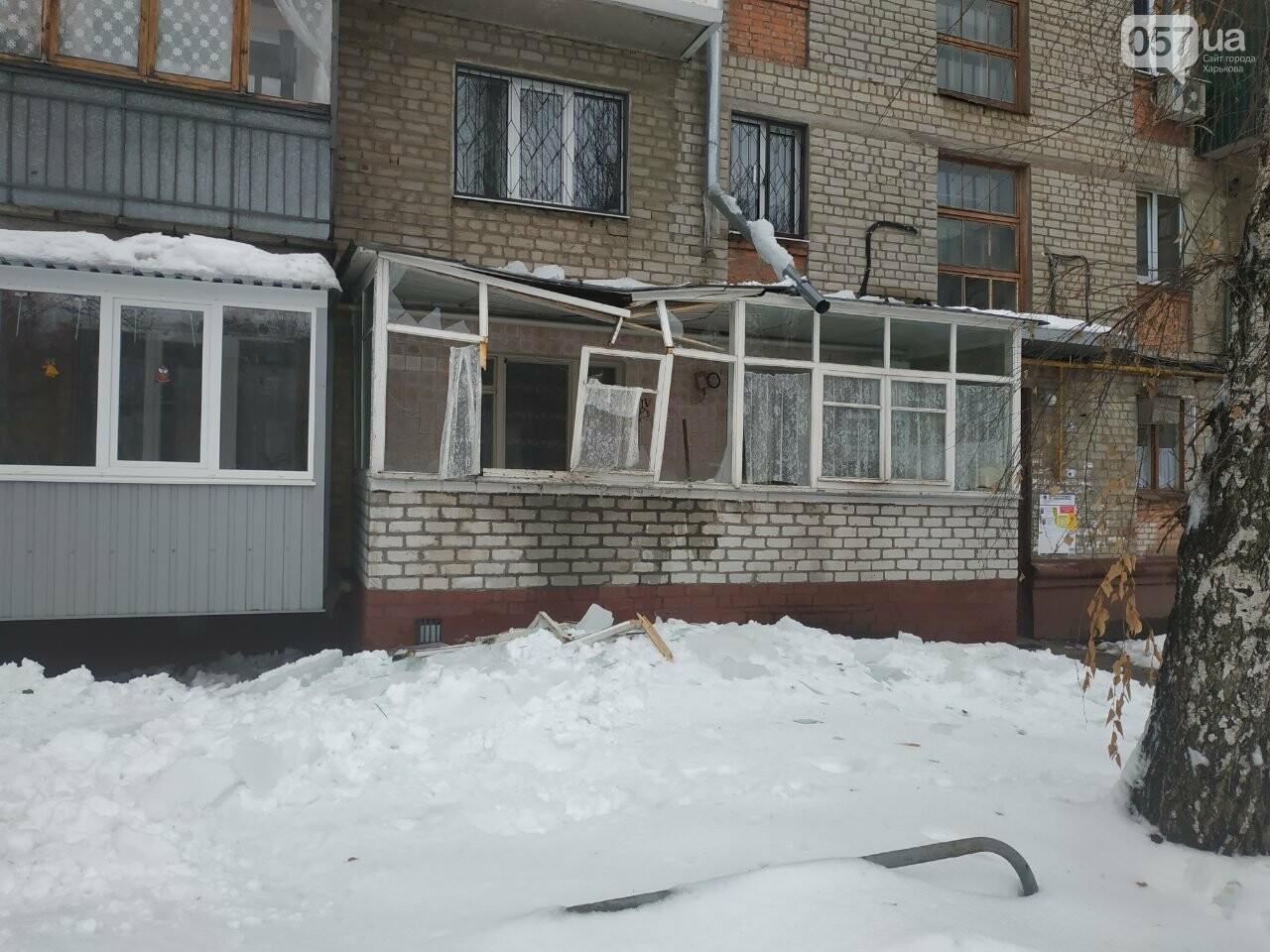 На Новых домах упавшая глыба льда разнесла балкон квартиры пенсионерки, - ФОТО, фото-1