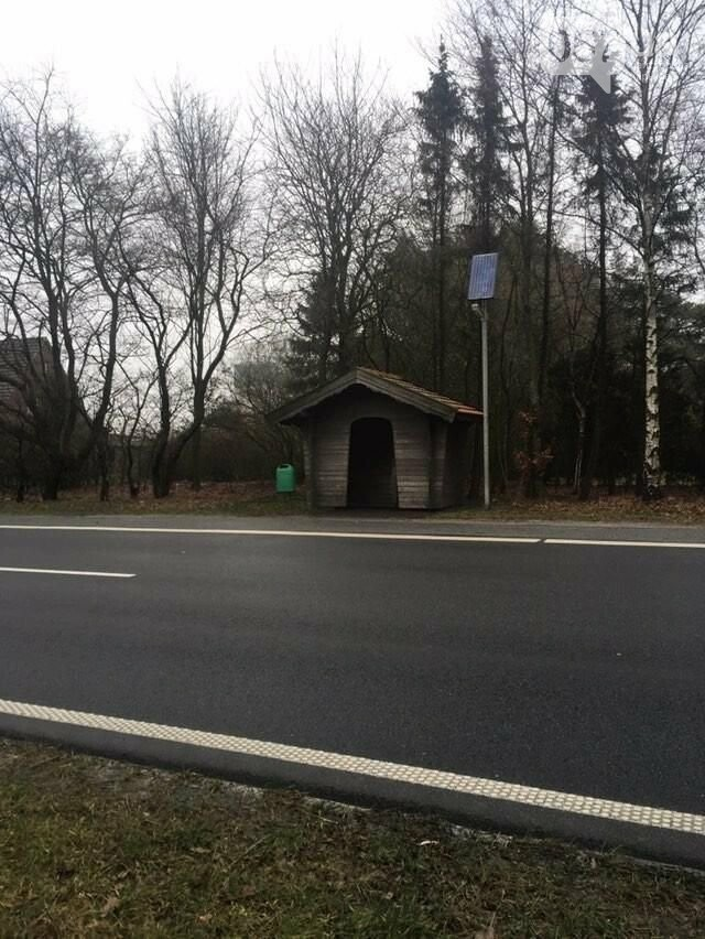 Остановка в немецкой деревне, работающая на солнечной батарее