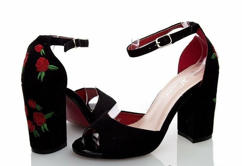 0b59df4b6 ... который годами пытается приучить нас носить неприглядные, но очень  удобные биркенштоки, появился тренд на обильно декорированную обувь в  драматичном, ...