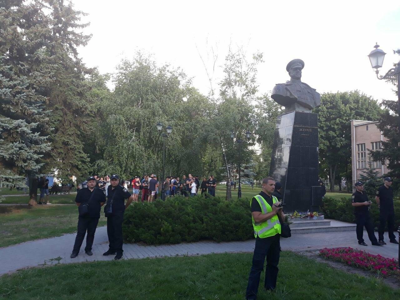 «Ветры сами снесут памятник Жукову»: в Харькове активисты протестовали против восстановления бюста, - ФОТО, фото-8