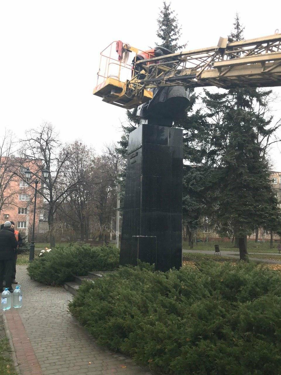 В Харькове неизвестные облили краской памятник Жукову, - ФОТО, фото-10