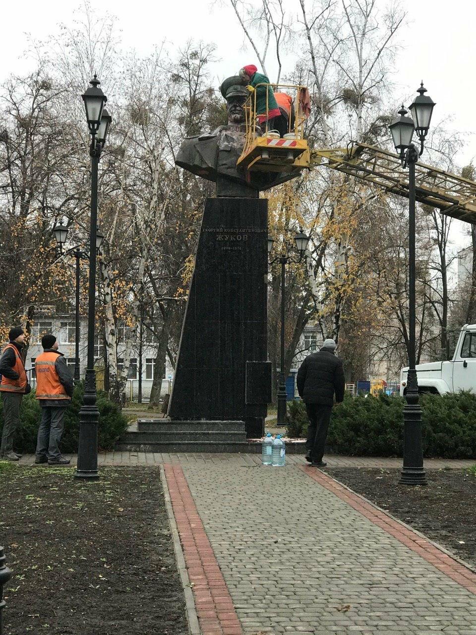 В Харькове неизвестные облили краской памятник Жукову, - ФОТО, фото-2