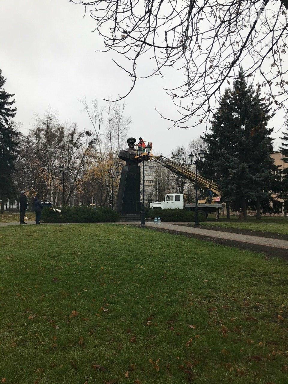 В Харькове неизвестные облили краской памятник Жукову, - ФОТО, фото-6