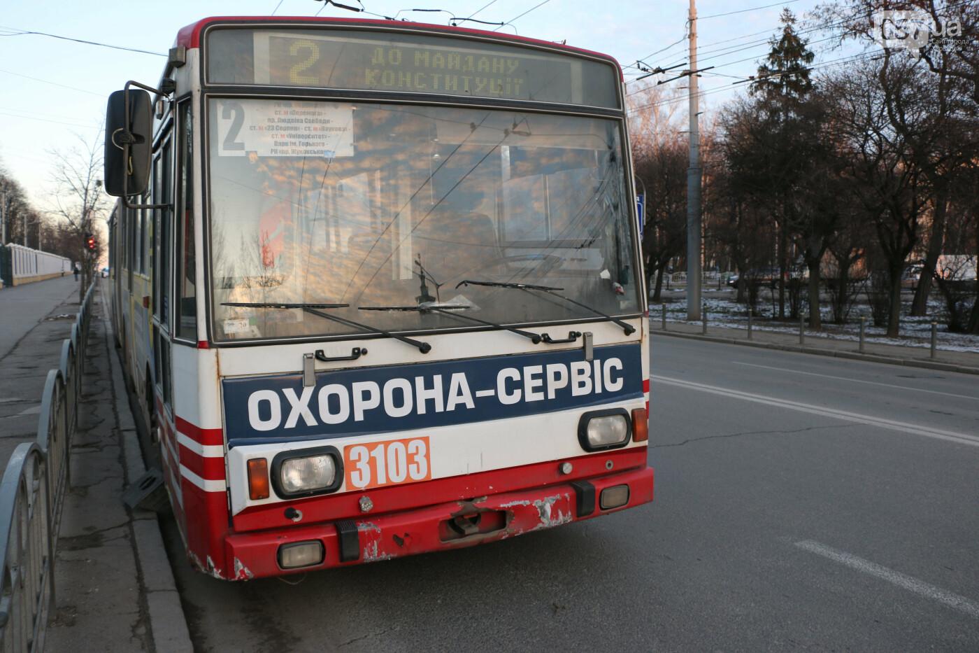 В Харькове троллейбус снес часть забора и вылетел на тротуар, - ВИДЕО, ФОТО, фото-2