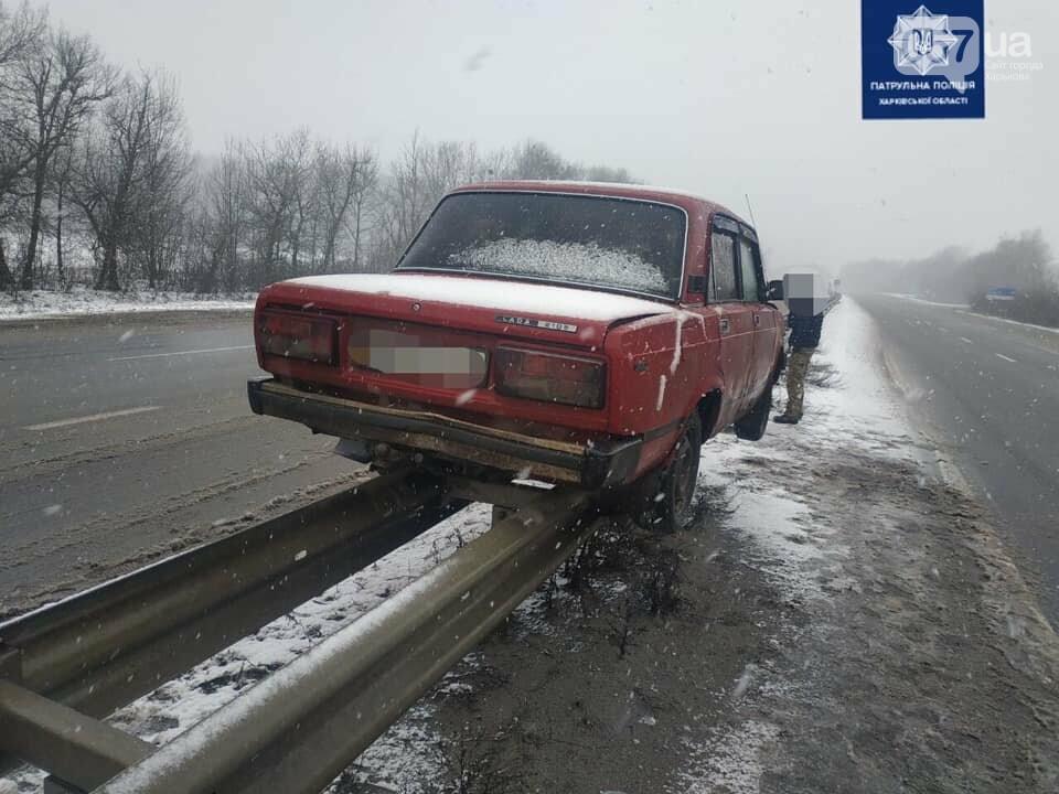 На Харьковщине легковой автомобиль повис на отбойнике, - ФОТО, фото-1