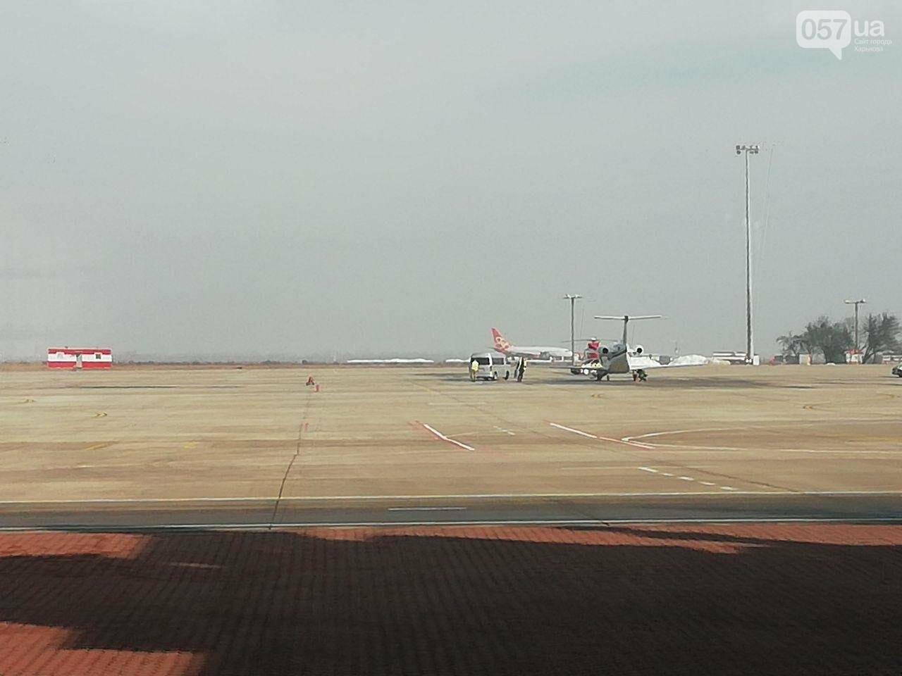 В харьковском аэропорту приземлился самолет с эвакуированными пассажирами из Китая, - ОНЛАЙН-ТРАНСЛЯЦИЯ, фото-9