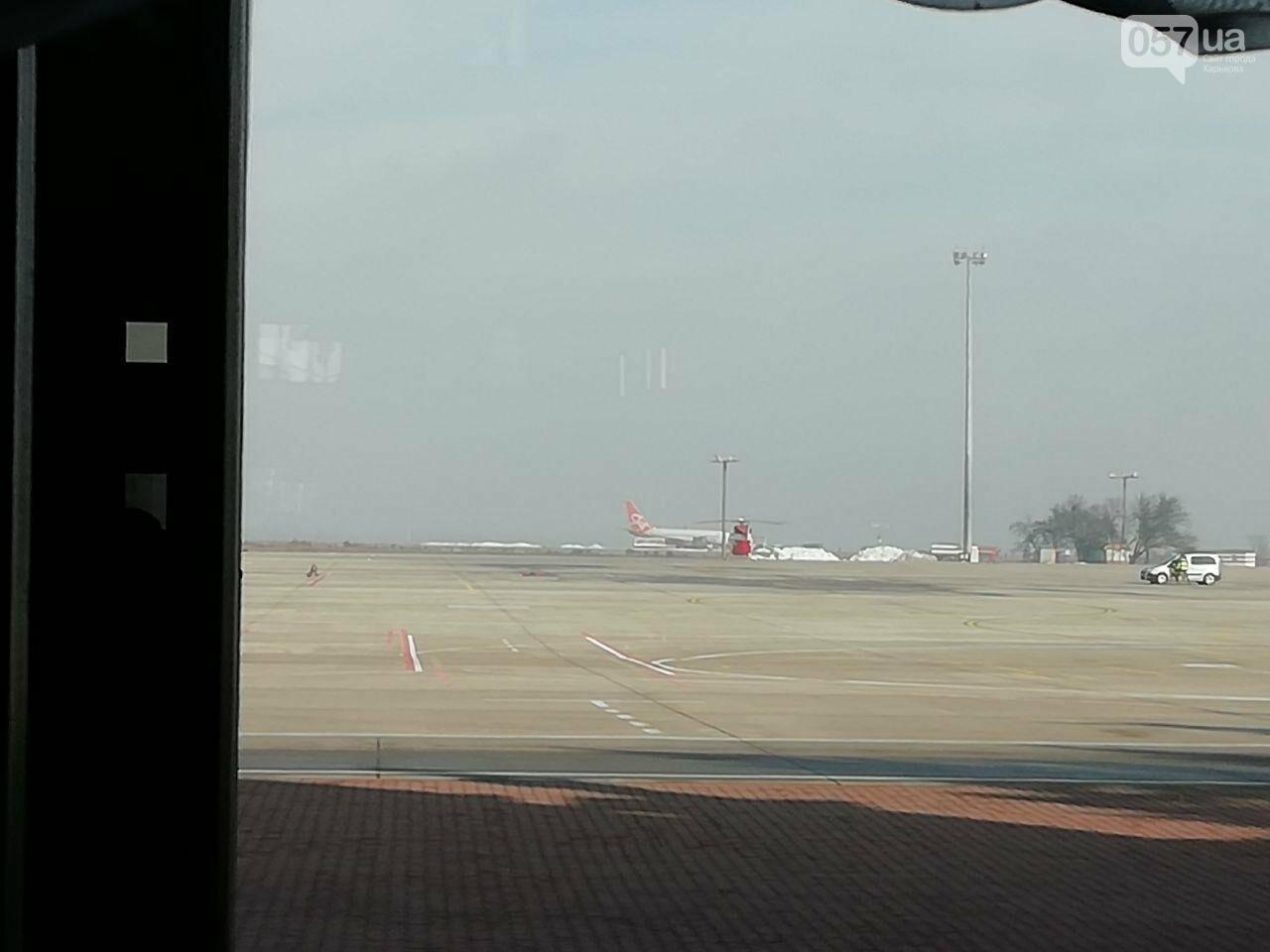 В харьковском аэропорту приземлился самолет с эвакуированными пассажирами из Китая, - ОНЛАЙН-ТРАНСЛЯЦИЯ, фото-7
