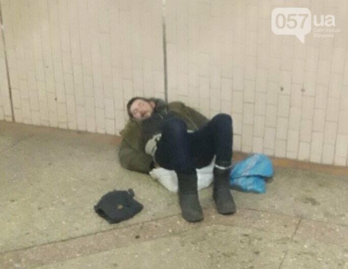 Тепло и комфорт: как бездомные «прописались» в харьковской подземке, - ФОТО, фото-1