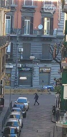 Люди в масках, пустые улицы и штраф за выход из дома: как соблюдают карантин в Неаполе, - ФОТО, фото-4