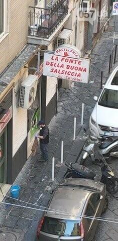 Люди в масках, пустые улицы и штраф за выход из дома: как соблюдают карантин в Неаполе, - ФОТО, фото-3