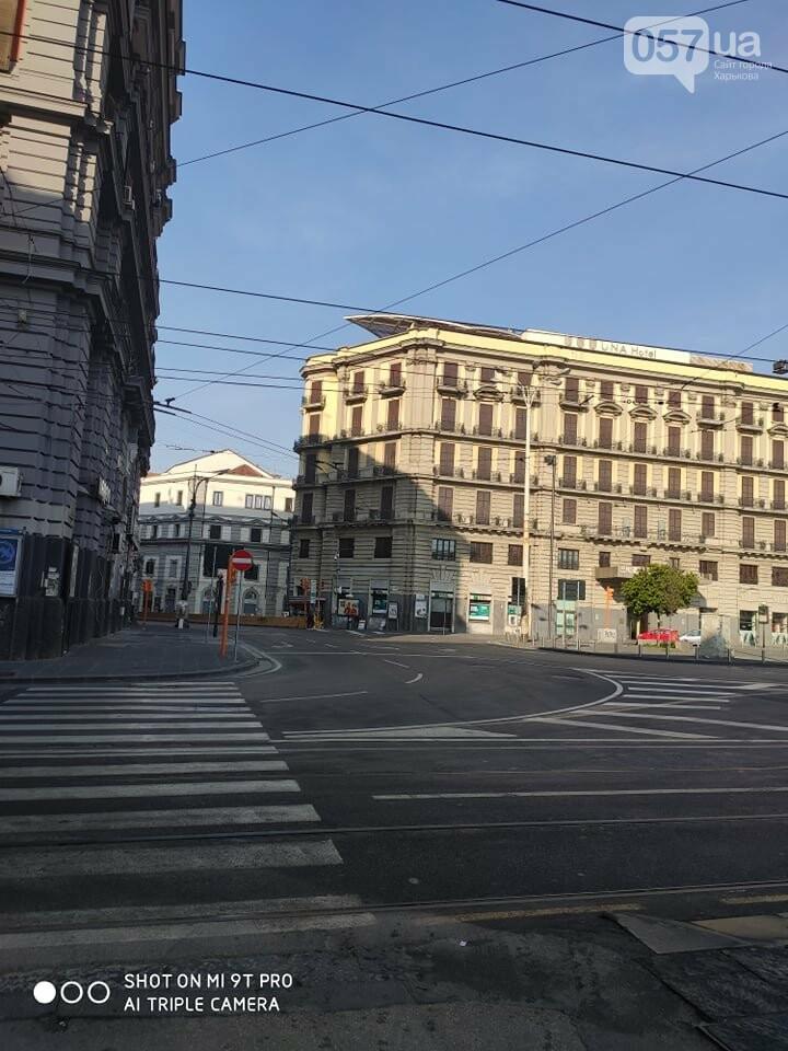 Люди в масках, пустые улицы и штраф за выход из дома: как соблюдают карантин в Неаполе, - ФОТО, фото-10