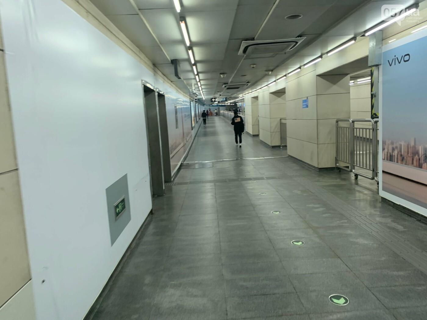 Пустой переход метро. Обычно он полностью забит людьми в любое время