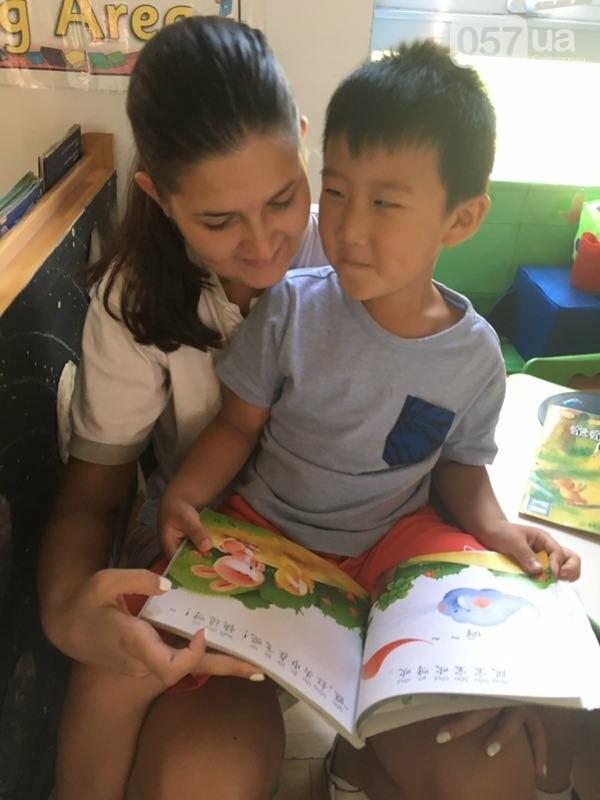 Мария обучает китайских детей английскому языку