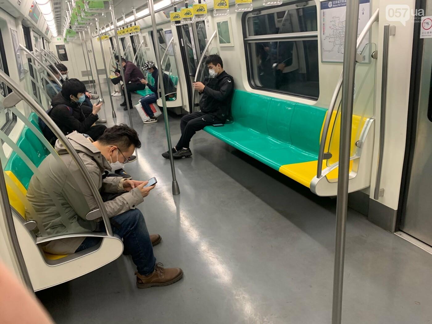 Вагон метро изнутри. Людей мало по сравнению с обычным временем, но уже больше, чем пару недель назад