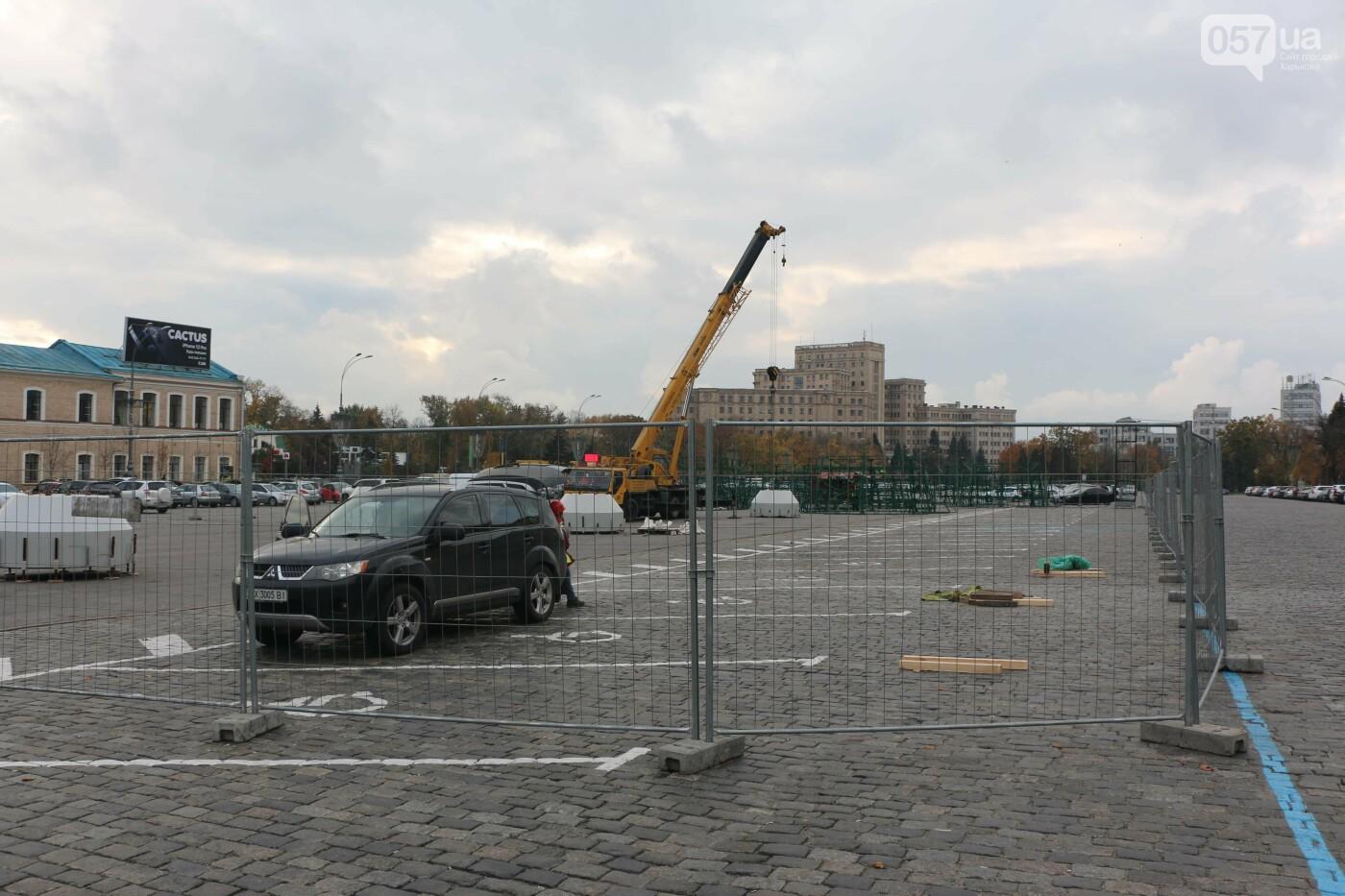На площади Свободы подготавливают место для установки елки
