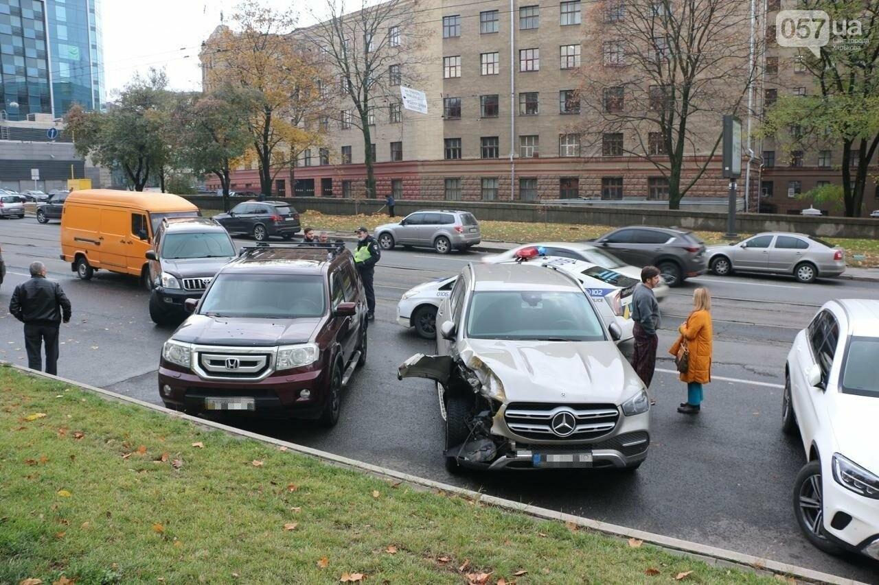 В центре Харькова произошло тройное ДТП: столкнулись два внедорожника и микроавтобус, - ФОТО, фото-1