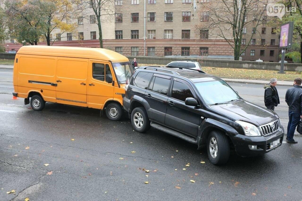 В центре Харькова произошло тройное ДТП: столкнулись два внедорожника и микроавтобус, - ФОТО, фото-2