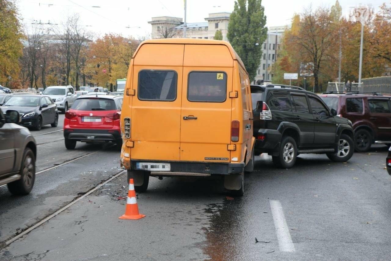 В центре Харькова произошло тройное ДТП: столкнулись два внедорожника и микроавтобус, - ФОТО, фото-7