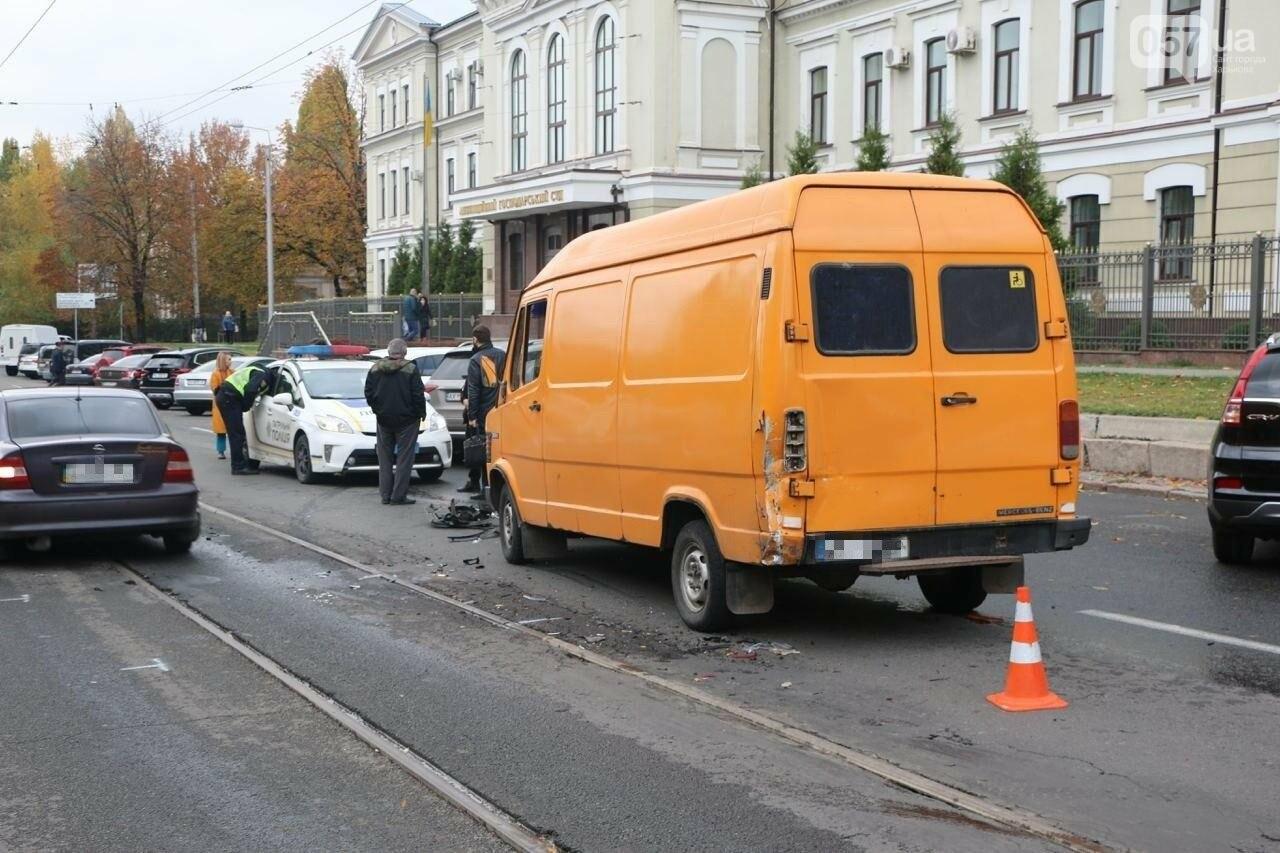 В центре Харькова произошло тройное ДТП: столкнулись два внедорожника и микроавтобус, - ФОТО, фото-3