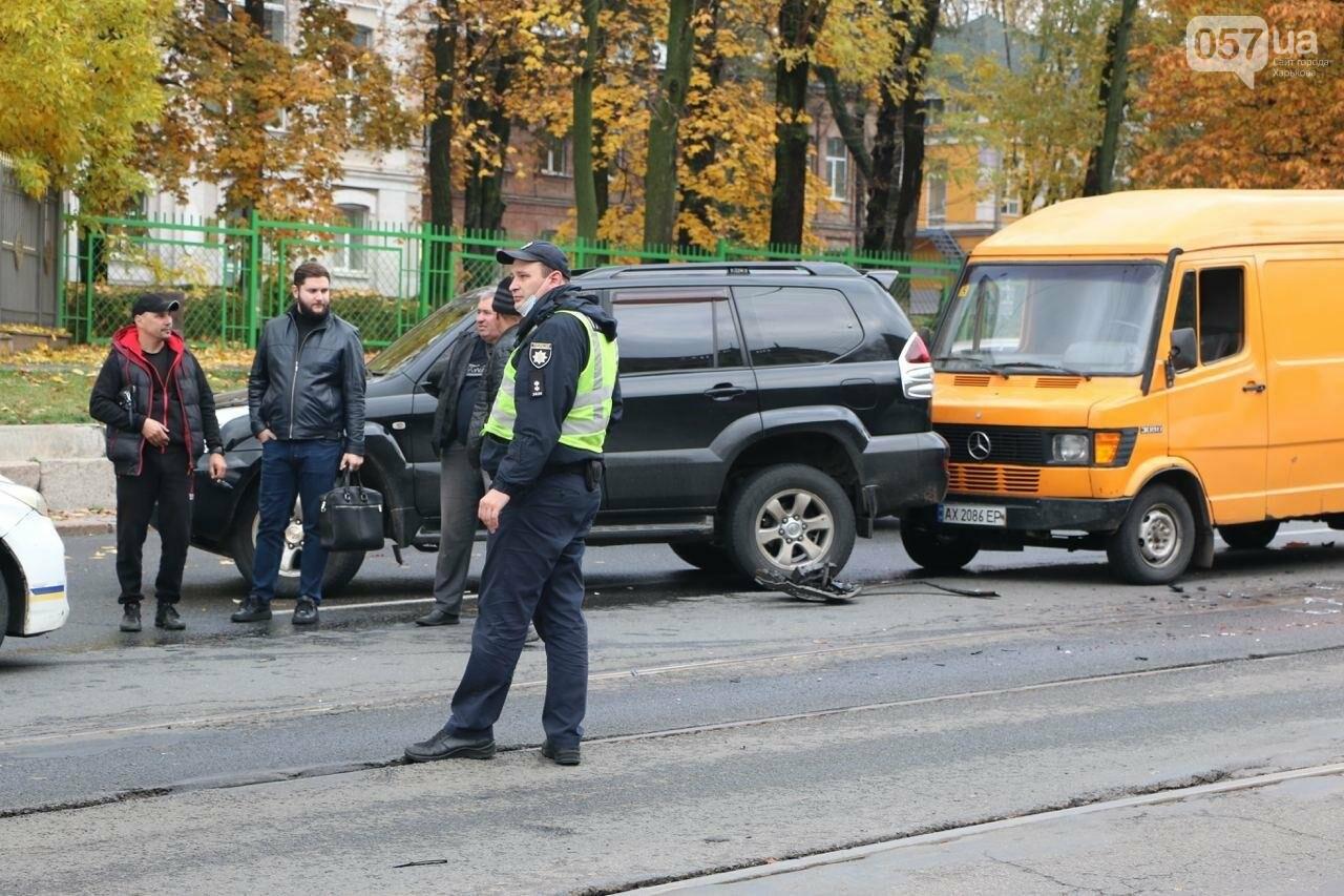 В центре Харькова произошло тройное ДТП: столкнулись два внедорожника и микроавтобус, - ФОТО, фото-4