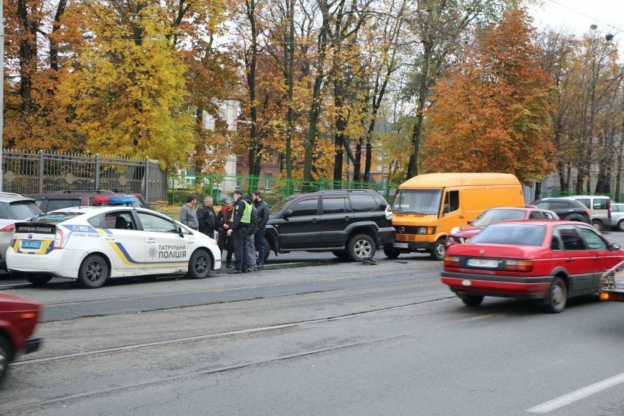 В центре Харькова произошло тройное ДТП: столкнулись два внедорожника и микроавтобус, - ФОТО, фото-9