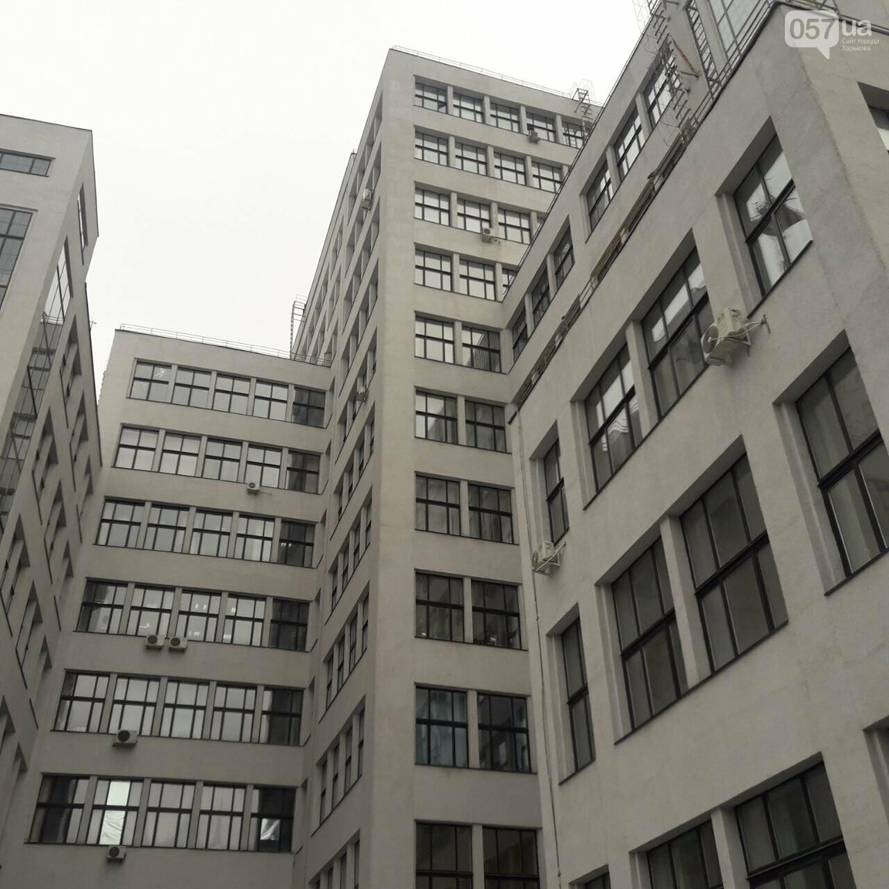 """В Харькове женщина упала с шестого этажа """"Госпрома"""" и разбилась насмерть, - ФОТО, фото-1"""