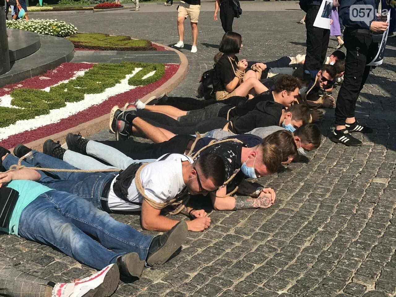 «Связанные» активисты и плакаты напротив дороги: в центре Харькова националисты митинговали против ЛГБТ-марша, - ФОТОРЕПОРТАЖ, фото-9