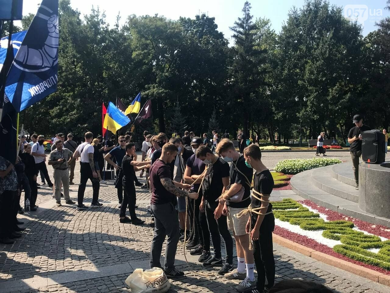 «Связанные» активисты и плакаты напротив дороги: в центре Харькова националисты митинговали против ЛГБТ-марша, - ФОТОРЕПОРТАЖ, фото-6