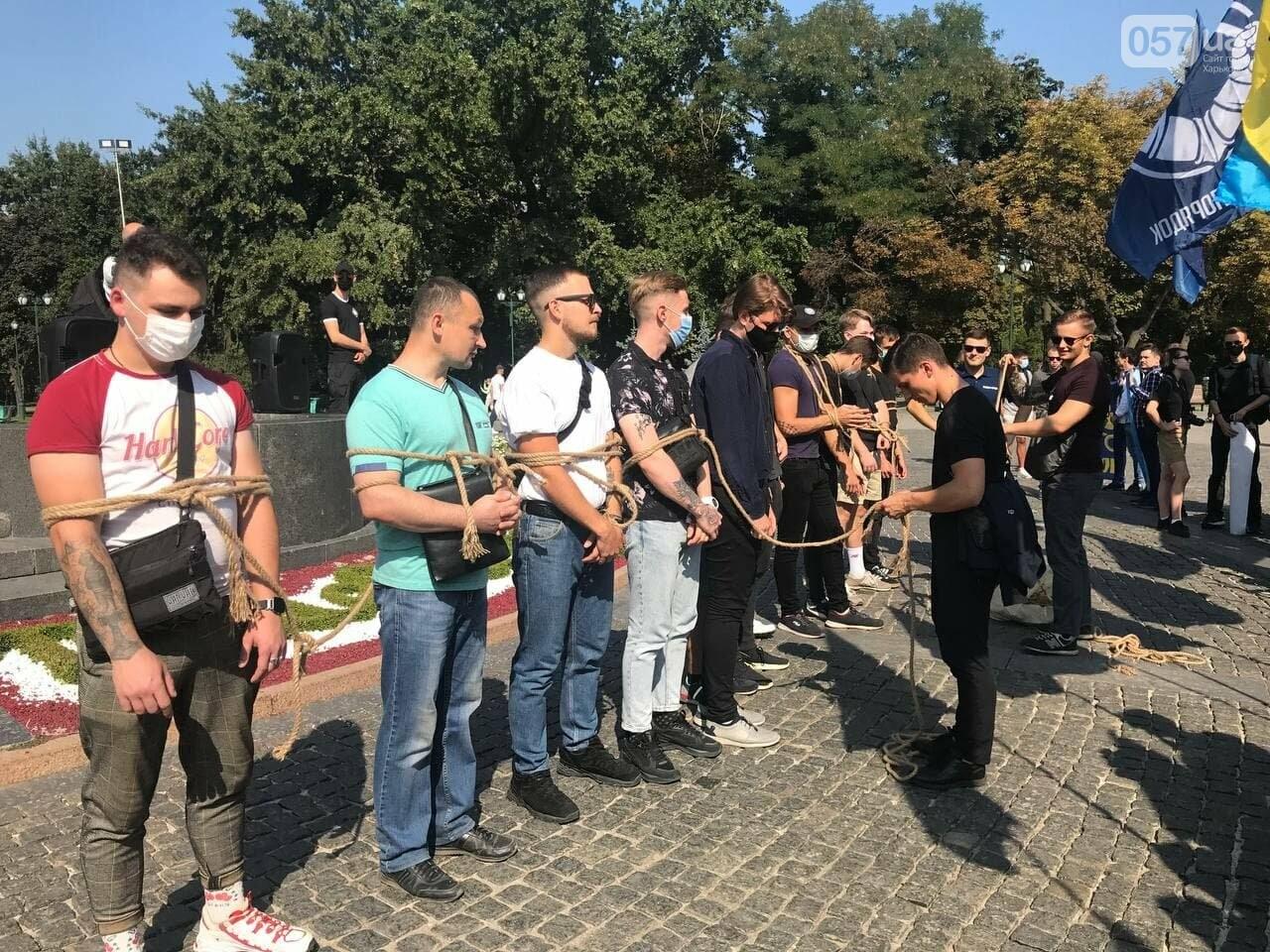 «Связанные» активисты и плакаты напротив дороги: в центре Харькова националисты митинговали против ЛГБТ-марша, - ФОТОРЕПОРТАЖ, фото-7