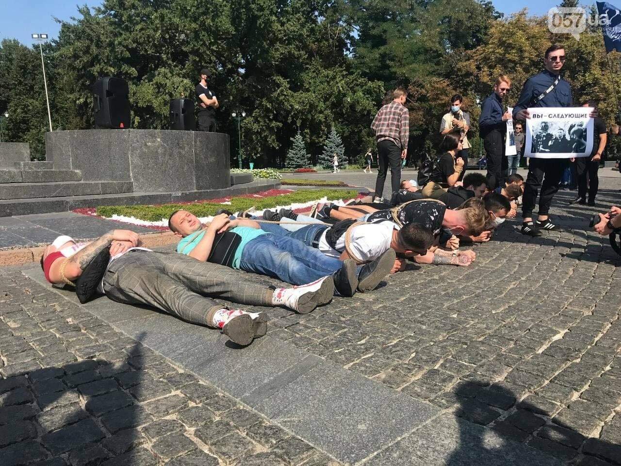 «Связанные» активисты и плакаты напротив дороги: в центре Харькова националисты митинговали против ЛГБТ-марша, - ФОТОРЕПОРТАЖ, фото-8