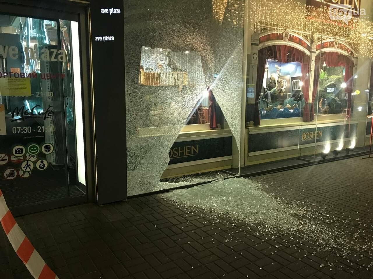 В центре Харькова неизвестные разгромили витрину ТЦ, - ФОТО, фото-3