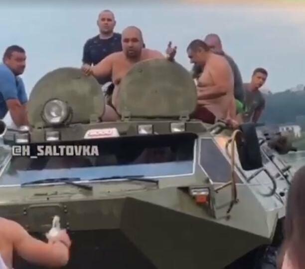 «Ударю, больно будет» - в Харькове неизвестные катались на БТРе и угрожали людям, - ВИДЕО
