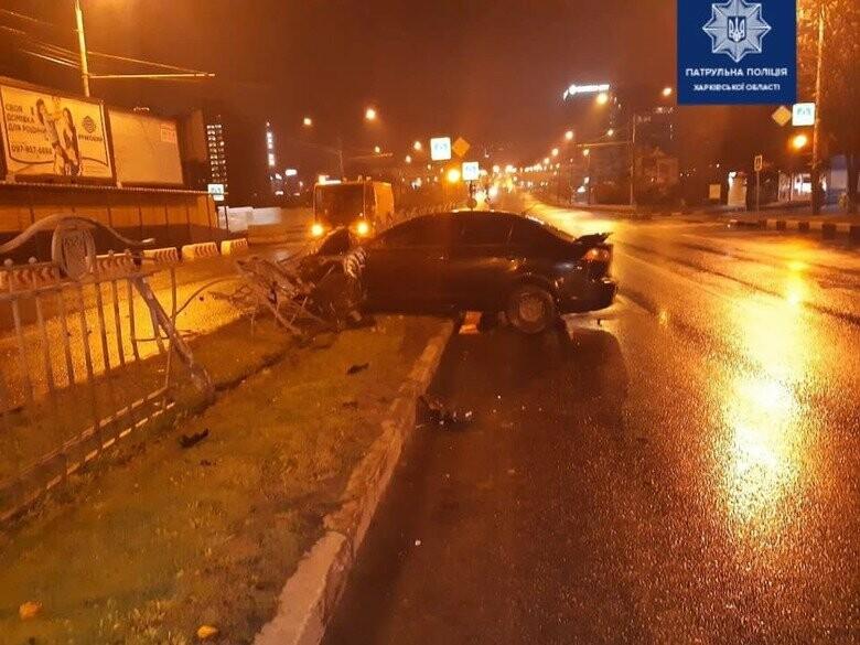 На проспекте Науки авто 'Mitsubishi' столкнулось с 'Mazda' и врезалось