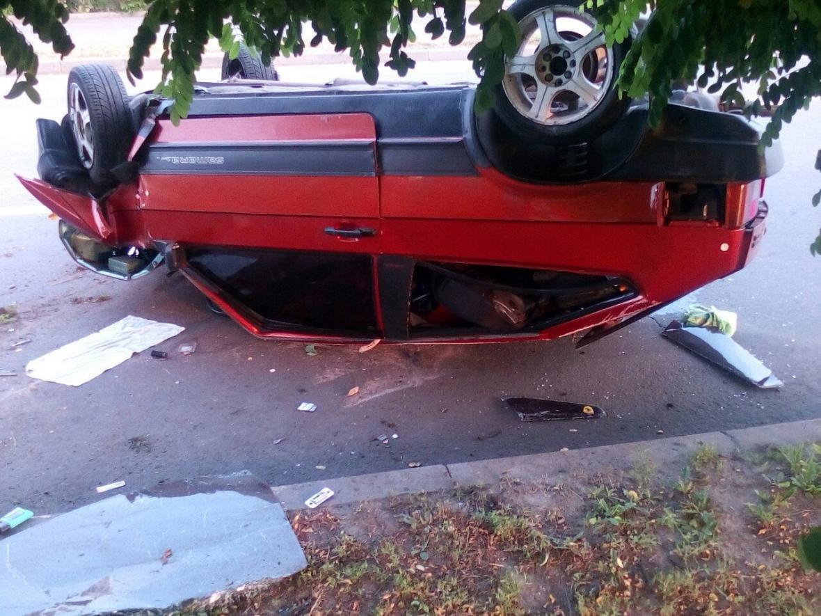 """На Салтовке """"ВАЗ"""" врезался в дерево и перевернулся, водитель сбежал (ФОТО) , фото-3"""