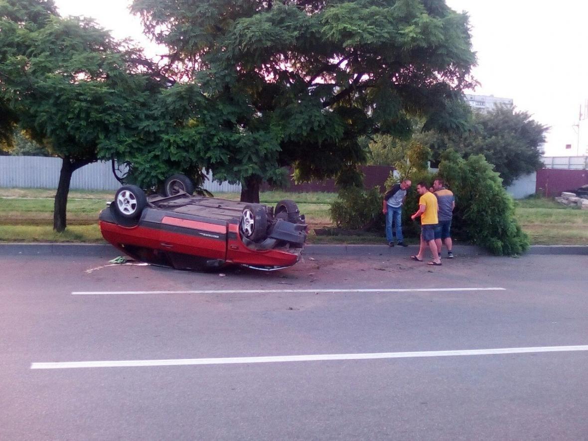 """На Салтовке """"ВАЗ"""" врезался в дерево и перевернулся, водитель сбежал (ФОТО) , фото-1"""